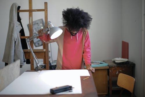 Ingyenes stockfotó afro haj, asztal, beltéri, fedett témában