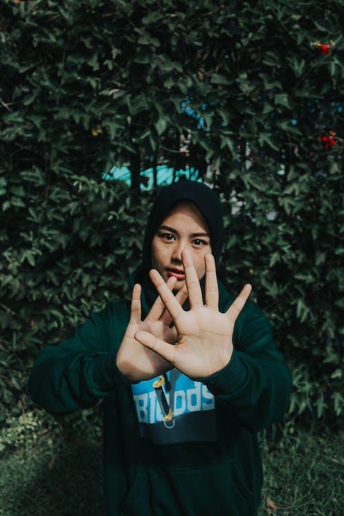 Ingyenes stockfotó angkat tangan, atas hijau, busana wanita, divat akar témában