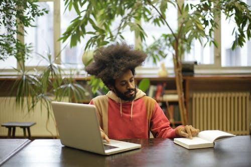 Gratis lagerfoto af adgang, afro hår, bærbar