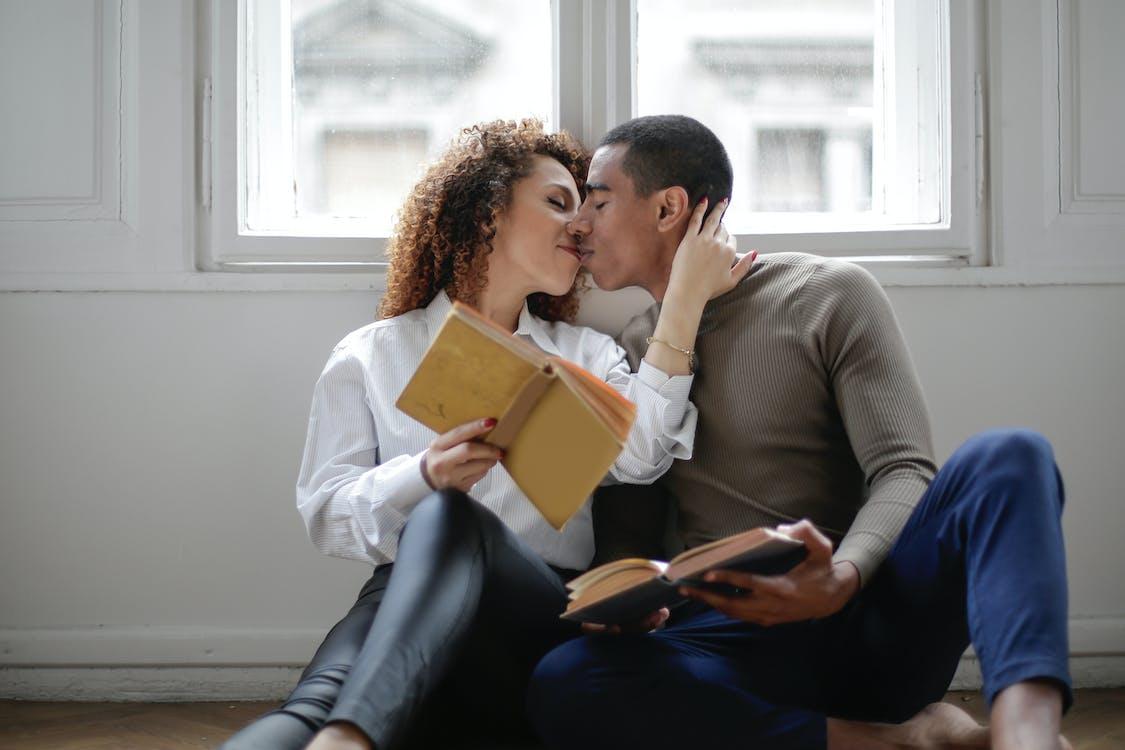 Бесплатное стоковое фото с близость, в помещении, влюбленные