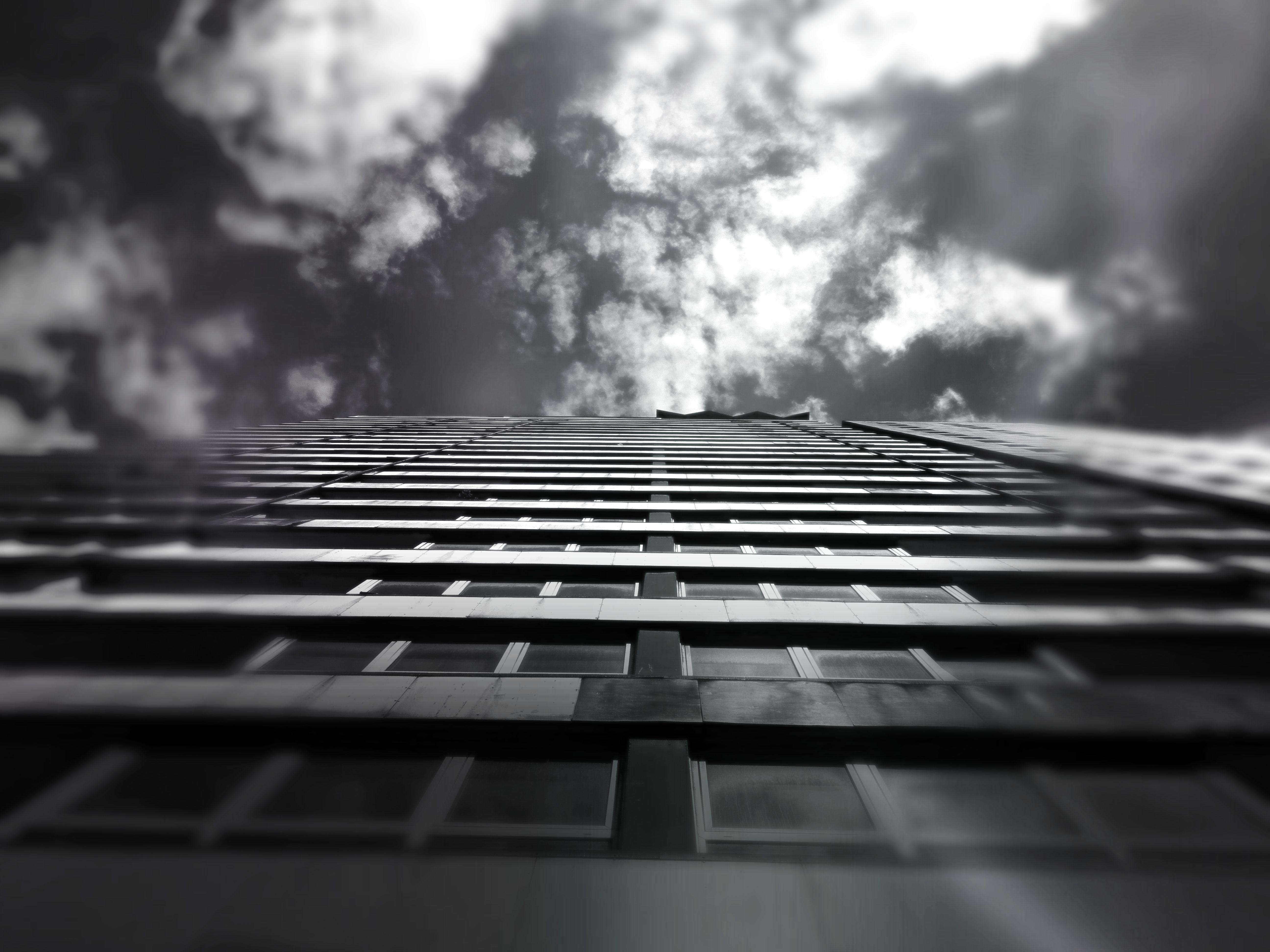 Fotos de stock gratuitas de alto, arquitectura, blanco y negro, cielo
