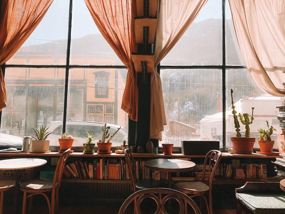 Kostenloses Stock Foto zu bergstadt, bücher, café