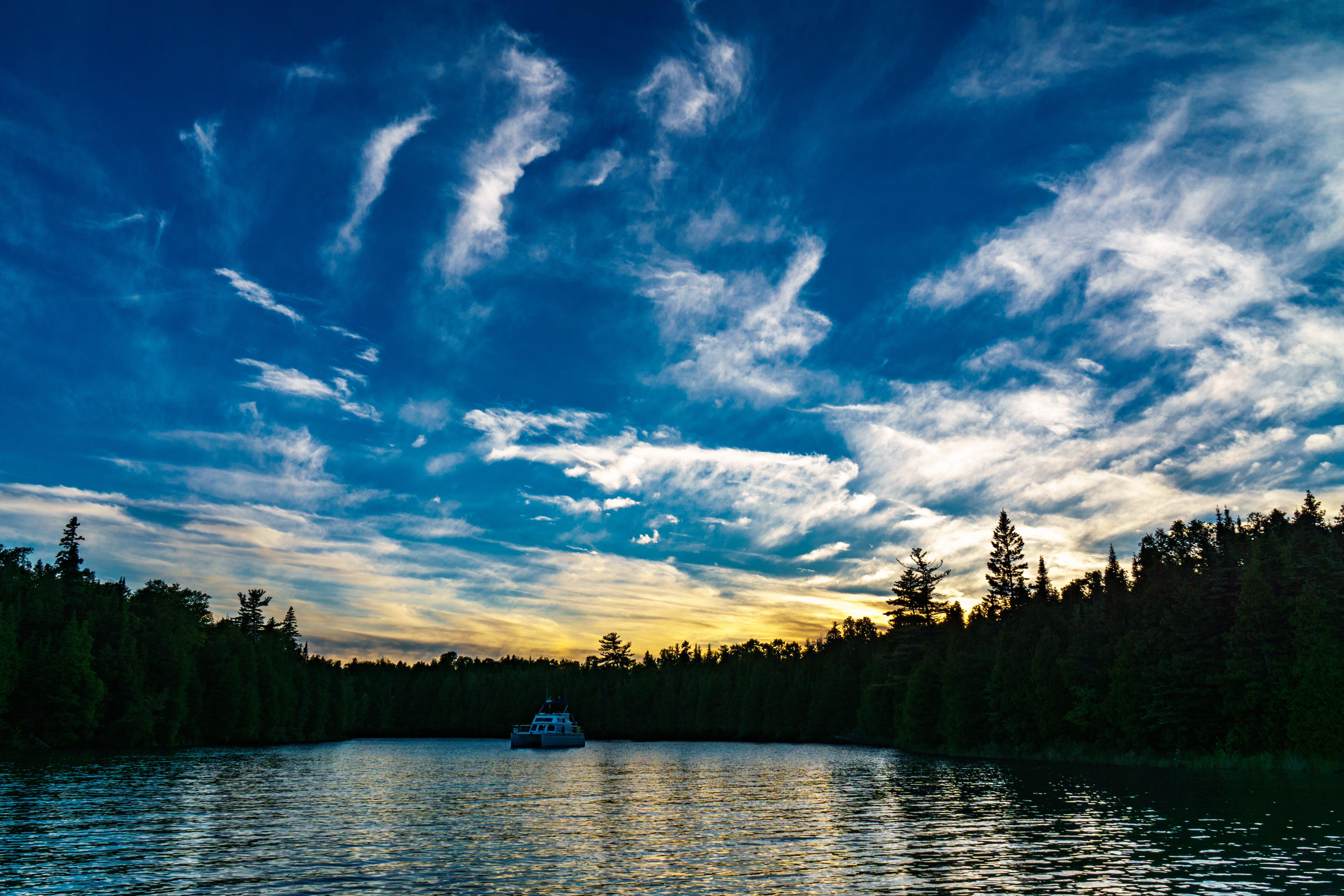 Kostenloses Stock Foto zu bäume, blauer himmel, boot, himmel