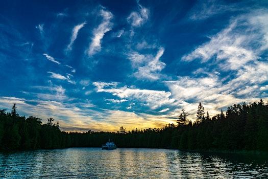 Kostenloses Stock Foto zu himmel, wasser, wolken, wald