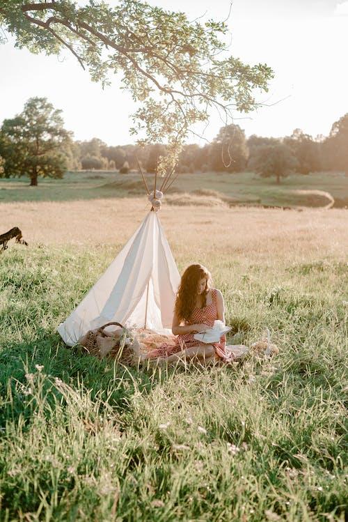 Darmowe zdjęcie z galerii z czas wolny, czytanie, kobieta, krajobraz