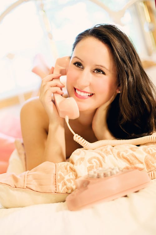 Kostenloses Stock Foto zu am telefon, attraktiv, dame, frau