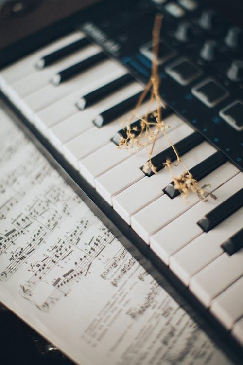 Muzieknoten Op Pianotoetsen
