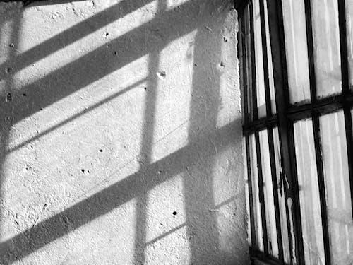 Imagine de stoc gratuită din alb-negru, fereastră veche, lumini și umbre