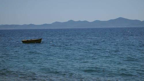 Бесплатное стоковое фото с голубой, желтая лодка, лодка, море