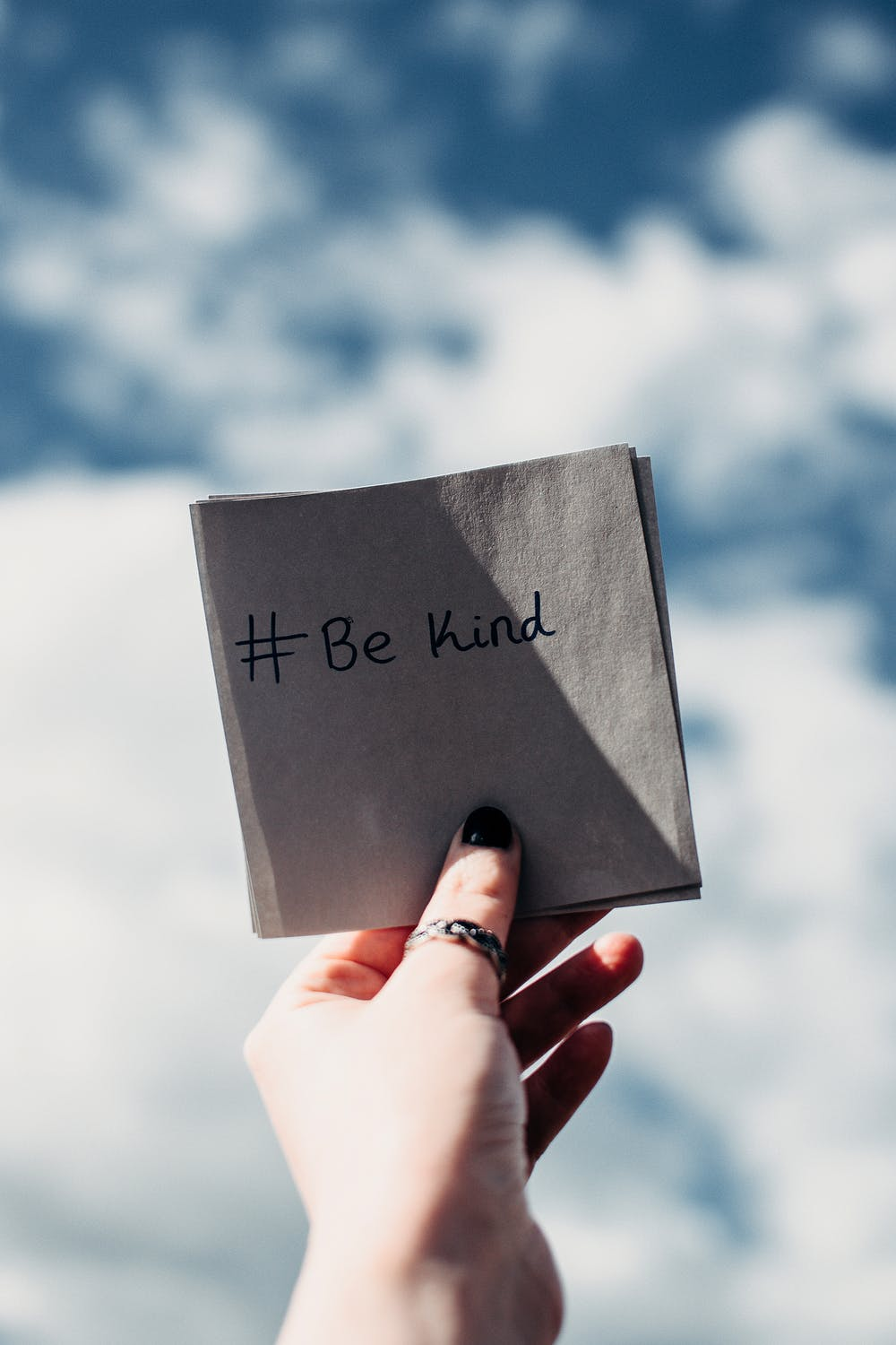 #be kind written on a sticky note