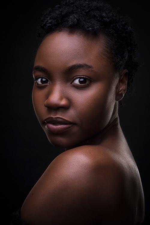 Foto profissional grátis de cabelo afro, cobertura, escuro, estúdio
