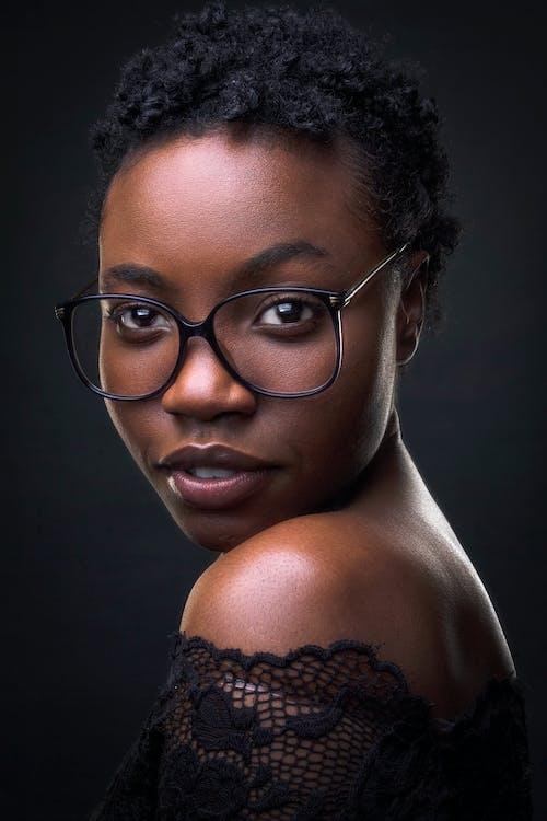 Gratis arkivbilde med afrikansk-amerikansk kvinne, afrikansk-amerikanske kvinner, afro, ansiktsmodell