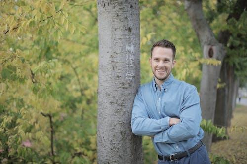 Darmowe zdjęcie z galerii z dorosły, drzewo, mężczyzna, na zewnątrz