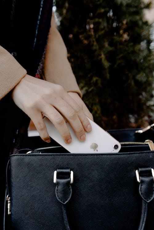 Immagine gratuita di borsa, borsetta, cellulare, mano