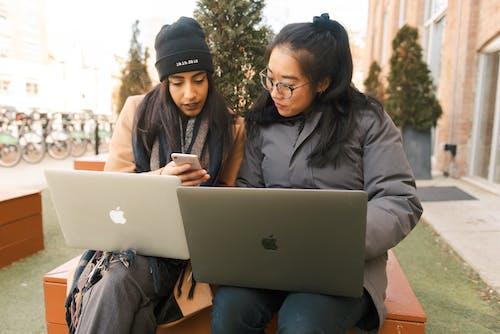 Δωρεάν στοκ φωτογραφιών με laptop, Άνθρωποι, γυναίκες, κομπιούτερ