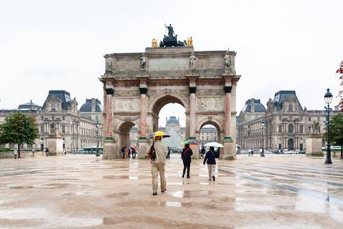 Foto profissional grátis de antigo, arcada, arquitetura, chovendo