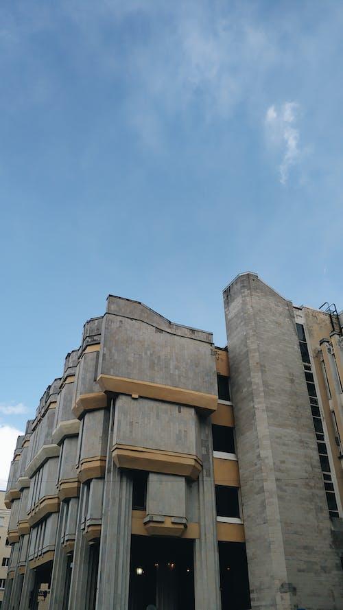 Gratis stockfoto met architectuur, binnenstad, blauwe lucht, buitenkant van het gebouw