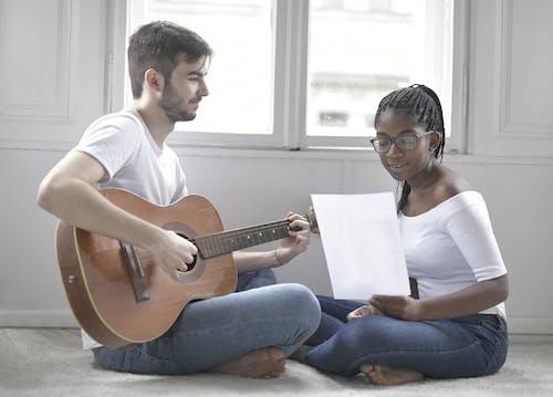 Gratis arkivbilde med akustisk gitar, ansiktsuttrykk, dagslys, forelsket