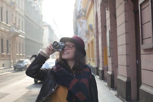 Foto profissional grátis de abrigo, adulto, ao ar livre