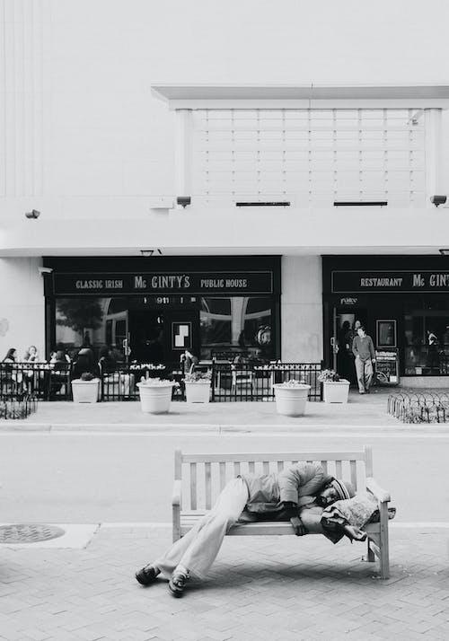 Kostenloses Stock Foto zu bank, mann, obdachlos, schwarz und weiß