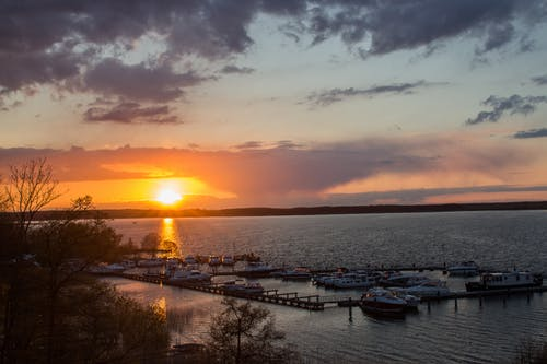 Бесплатное стоковое фото с вечер, вода, закат, лодки