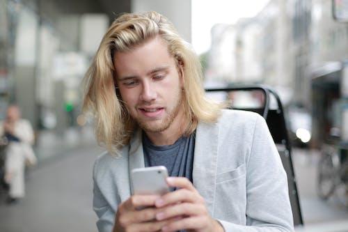 Fotos de stock gratuitas de conexión, enviando mensajes de texto, expresión facial