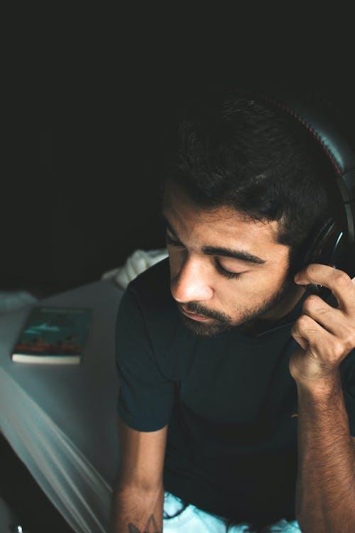 Homme En T Shirt à Col Rond Noir Portant Des écouteurs