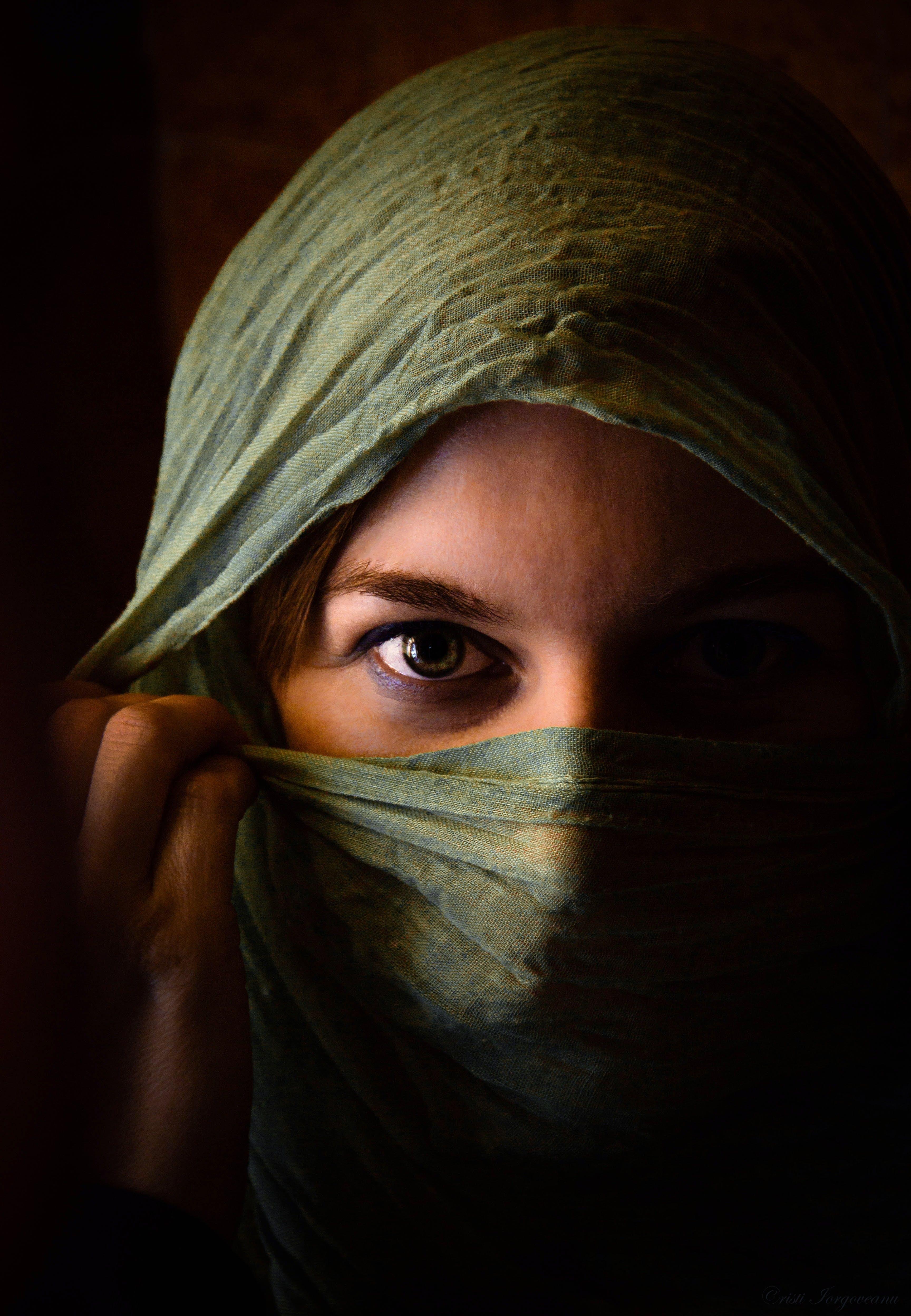 Immagine gratuita di donna, occhio, sciarpa, scuro