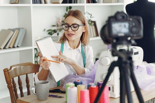 Δωρεάν στοκ φωτογραφιών με άνθρωπος, βιντεοκάμερα, βλέπω, γυαλιά οράσεως