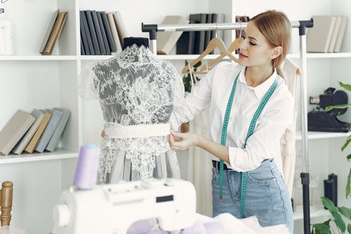 Foto stok gratis bagian, bagian dalam, baju putih, bakat