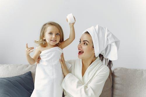 Бесплатное стоковое фото с банное полотенце, банный халат, в помещении
