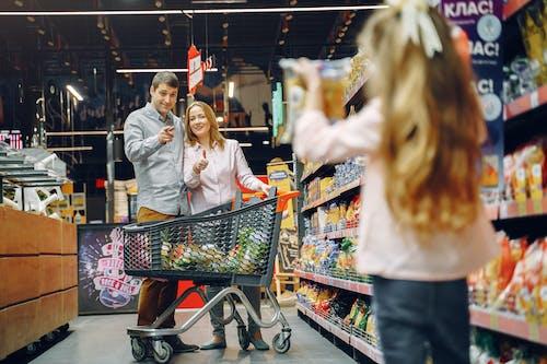 Ingyenes stockfotó anya, apa, árukészlet, bevásárlás témában