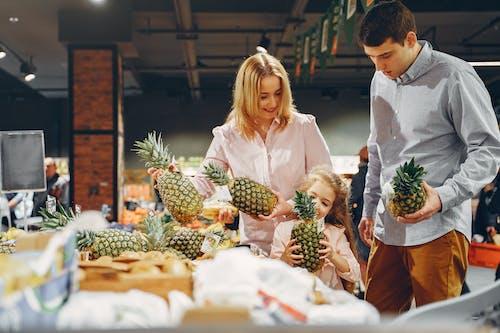 Kostenloses Stock Foto zu ananas, bindung, drinnen
