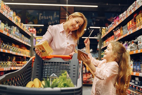 Ingyenes stockfotó anya, árukészlet, beltéri, bevásárlás témában