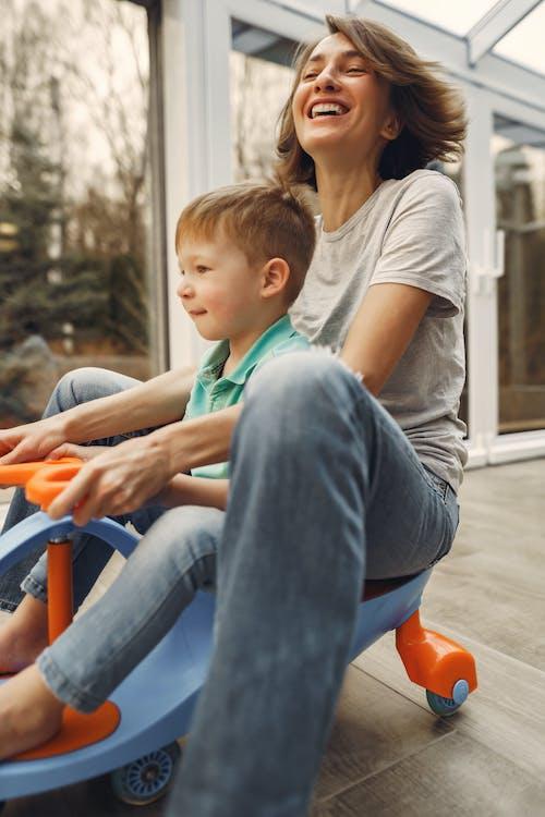 Ibu Dan Anak Mengendarai Mobil Twist