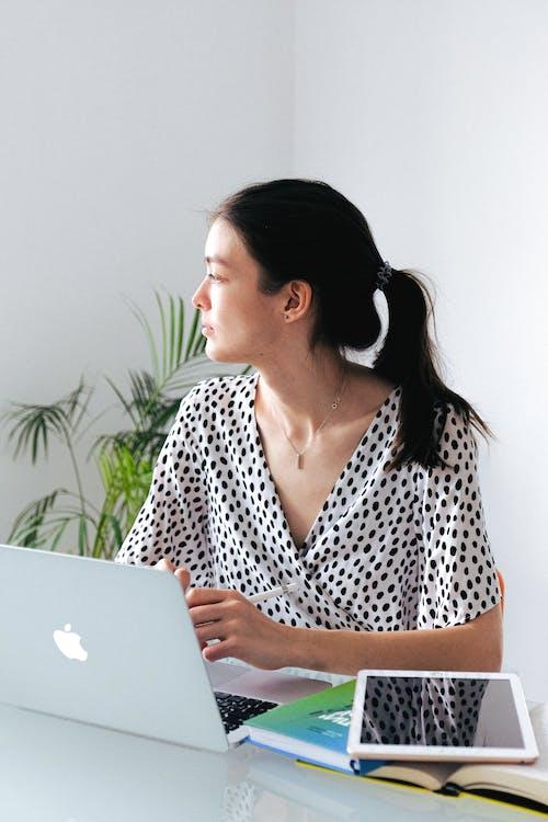 Kostnadsfri bild av arbeta hemifrån, bärbar dator, dator