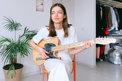 Ingyenes stockfotó álló kép, beltéri, elektromos gitár, élet otthon témában