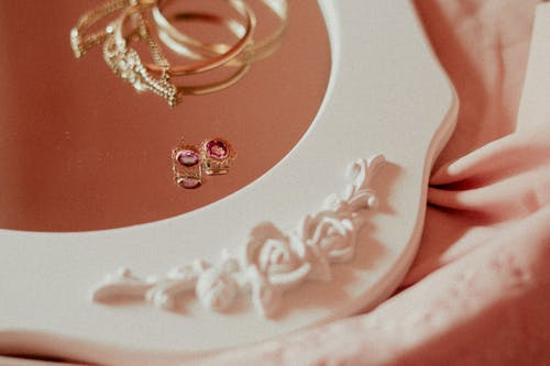Foto d'estoc gratuïta de accessoris, arracades, braçalets, daurat