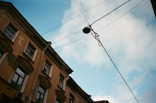 Gratis stockfoto met architectuur, binnenstad, blauwe lucht, bouw