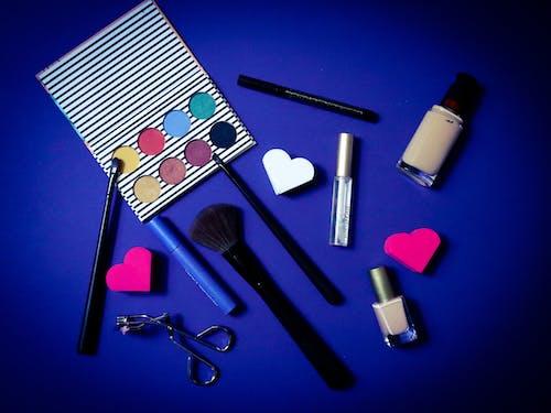 Free stock photo of brocha de maquillaje, fondo azul, maquillaje