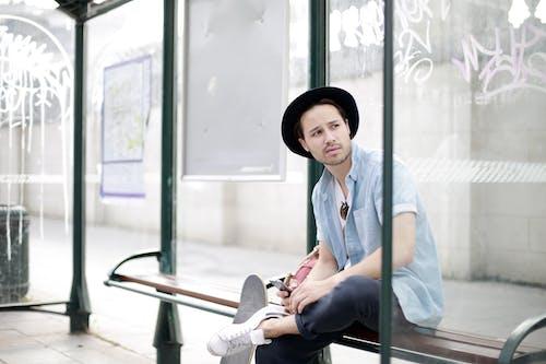 Foto profissional grátis de ao ar livre, área de espera coberta, assento, Banco