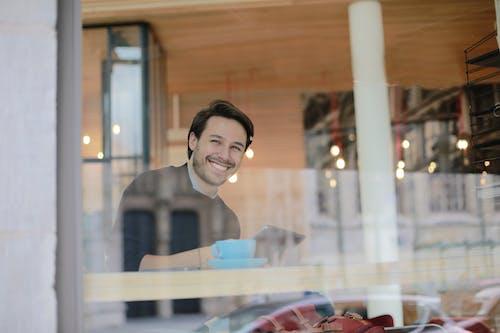 Foto profissional grátis de alegre, biblioteca, borrão, café