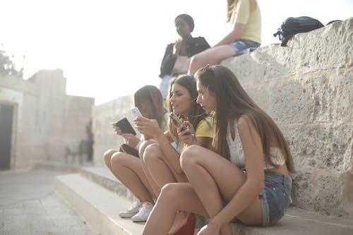 Foto profissional grátis de amizade, ao ar livre, bonita, celulares