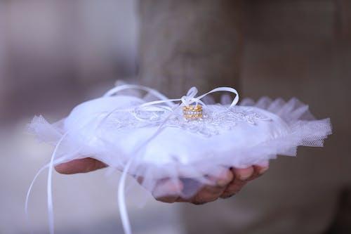 Fotos de stock gratuitas de almohada, amor, anillo de boda, anillo de diamantes