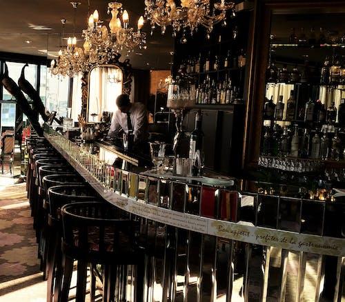 Бесплатное стоковое фото с бар, бармен, бутылки алкоголя, желтый