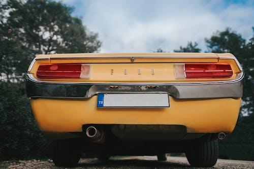 黄色いフォード車