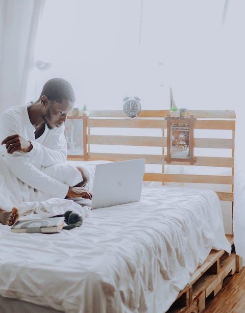 Základová fotografie zdarma na téma afroameričan, bílý pokoj, budík