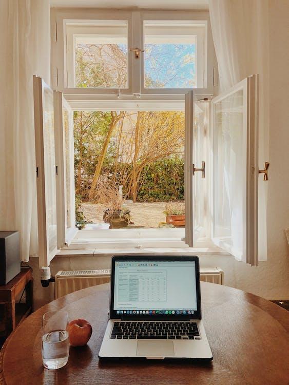Macbook Pro Auf Braunem Holztisch