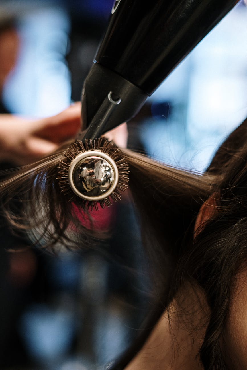 Secando o cabelo (Foto: Divulgação)