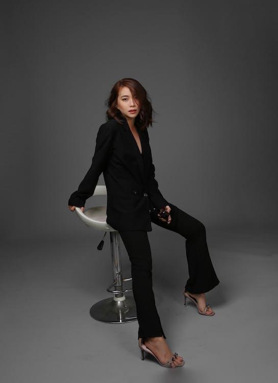 Základová fotografie zdarma na téma asiatka, barová židle, brunetka